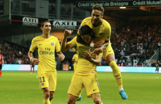 GUINGAMP, FRANCE - AUGUST 13:  Edinson Cavani of Paris Saint-Germain celebrate his goal with Neymar Jr and Angel Di Maria during the French Ligue 1 match between EA Guingamp and Paris Saint Germain (PSG) at Stade du Roudourou on August 13, 2017 in Guingamp, France.  (Photo by Xavier Laine/Getty Images)
