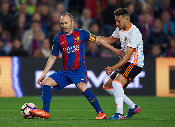BARCELONA, SPAIN - MARCH 19:  Andres Iniesta (L) of Barcelona competes for the ball with Munir El Haddadi of Valencia during the La Liga match between FC Barcelona and Valencia CF at Camp Nou Stadium on March 19, 2017 in Barcelona, Spain.  (Photo by fotopress/Getty Images)