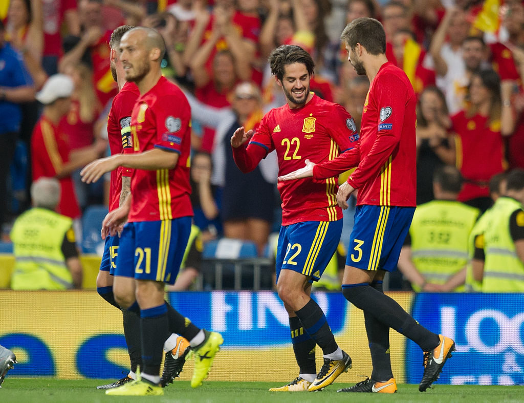 MADRID, SPAIN - SEPTEMBER 02: Isco Alarcon of Spain celebrates with Gerard Pique of Spain after scoring his teamÕs opening goal from a free kick during the FIFA 2018 World Cup Qualifier between Spain and Italy at Estadio Santiago Bernabeu on September 2, 2017 in Madrid, Spain. (Photo by Denis Doyle/Getty Images)