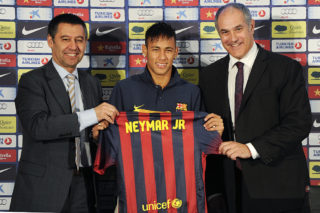 BARCELONA, SPAIN - JUNE 03:  Neymar (C) holds his new jersey with the FC Barcelona Vice-President Josep Maria Bartomeu (L) and FC Barcelona Sport Director Andoni Zubizarreta during the official presentation as a new player of the FC Barcelona at Camp Nou Stadium on June 3, 2013 in Barcelona, Spain.  (Photo by David Ramos/Getty Images)