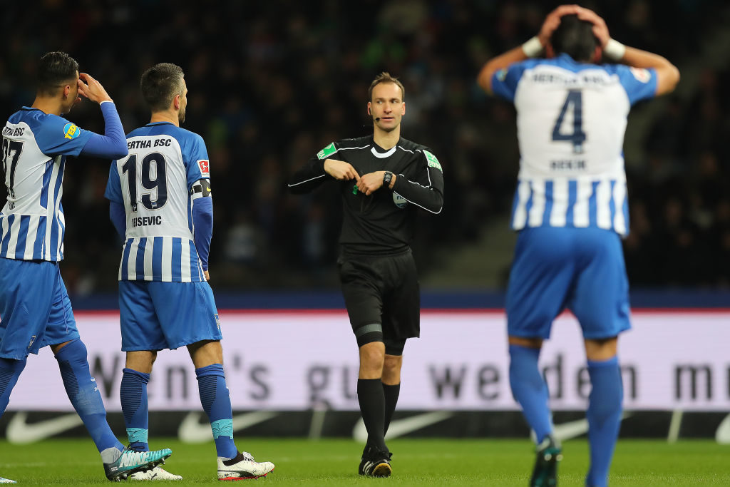 BERLIN, GERMANY - NOVEMBER 18: Referee Bastian Dankert awards Moenchengladbach a penalty following video referee check during the Bundesliga match between Hertha BSC and Borussia Moenchengladbach at Olympiastadion on November 18, 2017 in Berlin, Germany. (Photo by Boris Streubel/Bongarts/Getty Images)