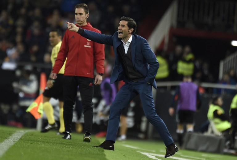 Valencia's  coach Marcelino gives instructions to his players during the Spanish league football match between Valencia and Celta Vigo at the Mestalla Stadium in Valencia on December 9, 2017. / AFP PHOTO / JOSE JORDAN
