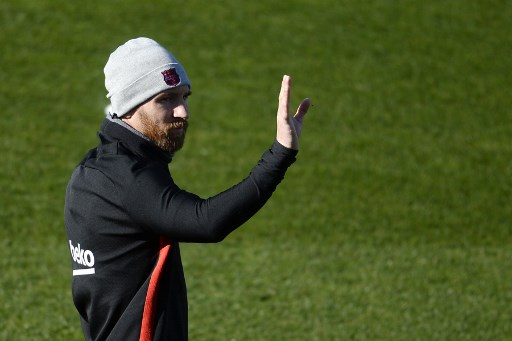 Barcelona's Argentinian forward Lionel Messi waves at supporters during a training session in Barcelona on January 5, 2018. / AFP PHOTO / Josep LAGO
