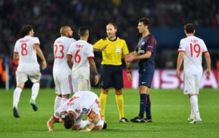 Bayern's Niklas Suele (c) lies on the ground while his team members discuss with referee Antonio Mateu Lahoz during the Champions League football match between Paris St. Germain and Bayern Munich at the Parc des Princes stadium in Paris, France, 27 September 2017. Photo: Peter Kneffel/dpa