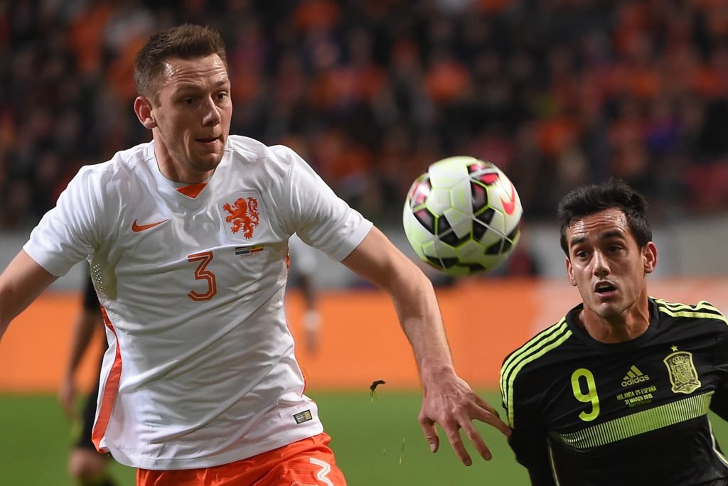 Spain's Juanmi (R) and Netherlands' Stefan de Vrij vie for the ball during the friendly football match Netherlands vs Spain in Amsterdam, on March 31, 2015. AFP PHOTO/Emmanuel Dunand / AFP PHOTO / EMMANUEL DUNAND