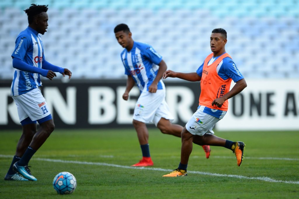 Honduras' football players take part in a training session at the ANZ Stadium in Sydney on November 13, 2017.  Honduras will play Australia in their final World Cup qualifying game in Sydney on November 15. / AFP PHOTO / Peter PARKS / -- IMAGE RESTRICTED TO EDITORIAL USE - STRICTLY NO COMMERCIAL USE --