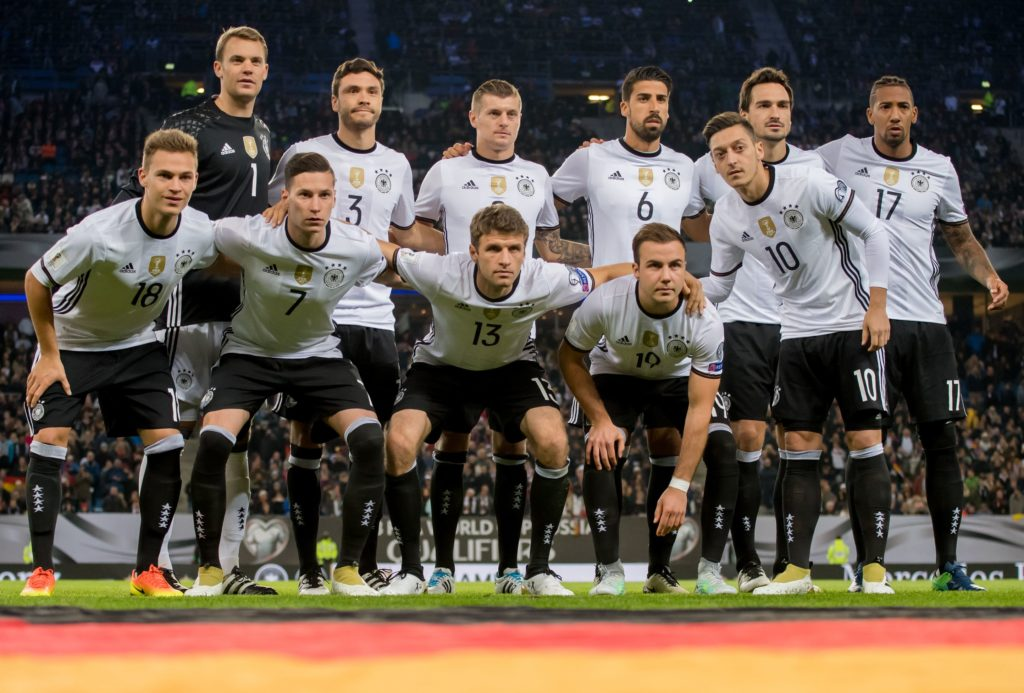 The German team for the World Cup qualification match between Germany and the Czech Republic in Hamburg, Germany, 8 October 2016. Back row (l-r): Torwart Manuel Neuer, Jonas Hector, Toni Kroos, Sami Khedira, Mats Hummels and Jerome Boateng. Front row (l-r): Joshua Kimmich, Julian Draxler, Thomas Müller, Mario Gotze and Mesut Ozil. PHOTO: THOMAS EISENHUTH/dpa   - NO WIRE SERVICE -  (ATTENTION EDITORS: FOR FASCIMILE BROADCASTING ONLY AFTER PRIOR CONSULTATION)