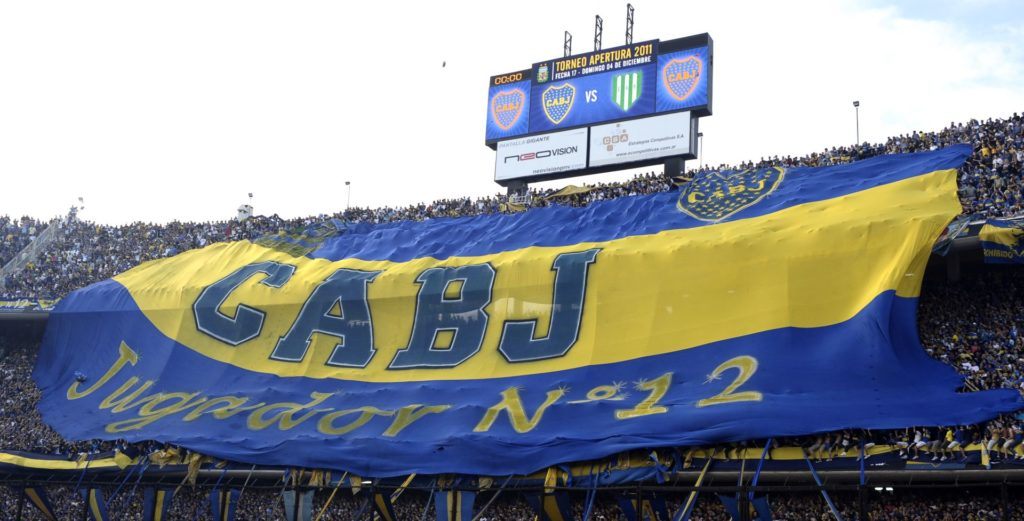 Boca Juniors fans spread out a huge flag during their Argentina's First Division football match against Banfield, at La Bombonera stadium in Buenos Aires,  on December 4, 2011. AFP PHOTO / Alejandro PAGNI / AFP PHOTO / ALEJANDRO PAGNI