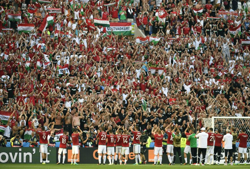 Hungary's players acknowledge their supporters  after  the Euro 2016 group F football match between Hungary and Portugal at the Parc Olympique Lyonnais stadium in Decines-Charpieu, near Lyon, on June 22, 2016. / AFP PHOTO / PHILIPPE DESMAZES