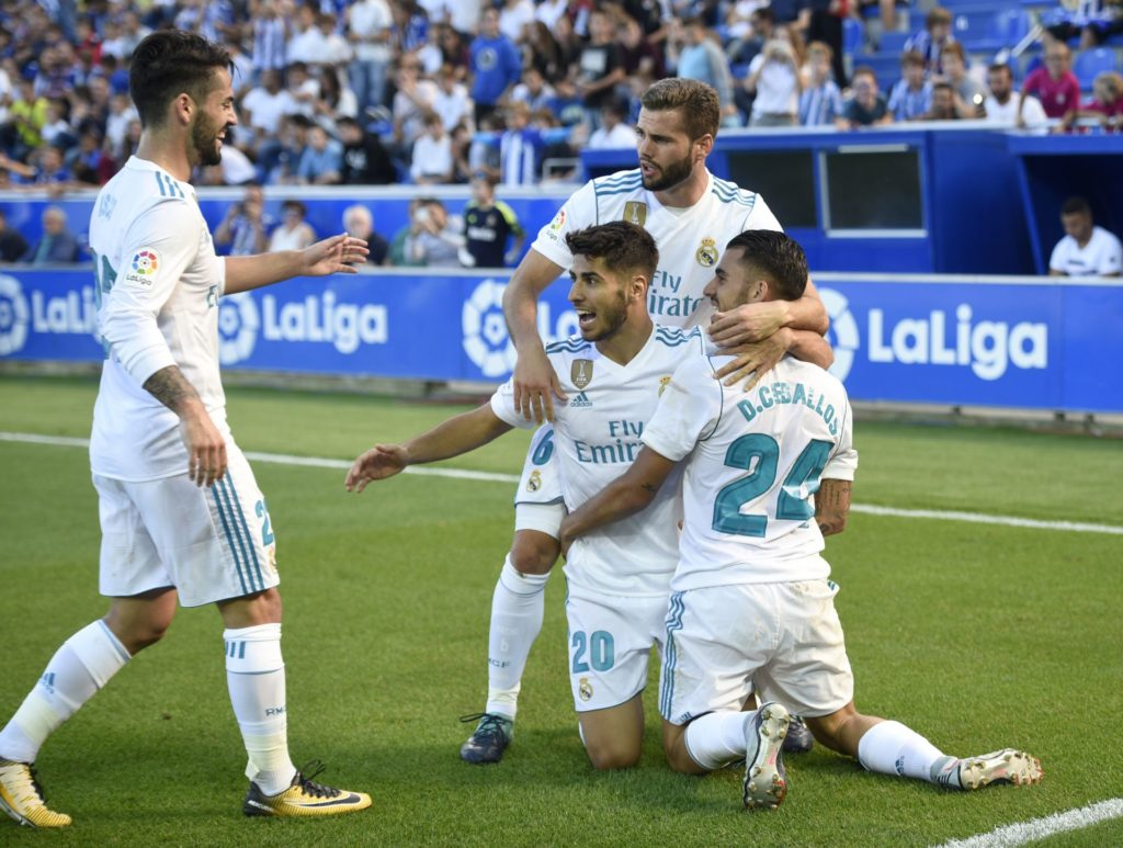 Real Madrid's midfielder from Spain Daniel Ceballos (R) celebrates a goal with teammates during the Spanish league football match Deportivo Alaves vs Real Madrid CF at the Mendizorroza stadium in Vitoria on September 23, 2017. / AFP PHOTO / ANDER GILLENEA