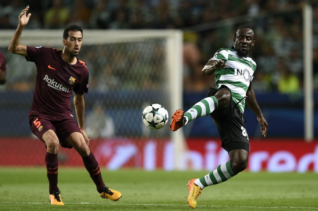 LISBON, PORTUGAL - SEPTEMBER 27: Seydou Doumbia of Sporting CP competes for the ball with Sergio Busquets of FC Barcelona during the UEFA Champions League group D match between Sporting CP and FC Barcelona at Estadio Jose Alvalade on September 27, 2017 in Lisbon, Portugal. (Photo by Octavio Passos/Getty Images)