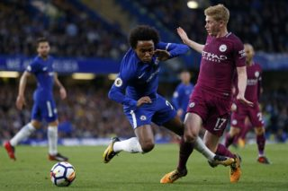 Chelsea's Brazilian midfielder Willian (C) vies with Manchester City's Belgian midfielder Kevin De Bruyne (R) during the English Premier League football match between Chelsea and Manchester City at Stamford Bridge in London on September 30, 2017. / AFP PHOTO / Ian KINGTON / RESTRICTED TO EDITORIAL USE. No use with unauthorized audio, video, data, fixture lists, club/league logos or 'live' services. Online in-match use limited to 75 images, no video emulation. No use in betting, games or single club/league/player publications.  /