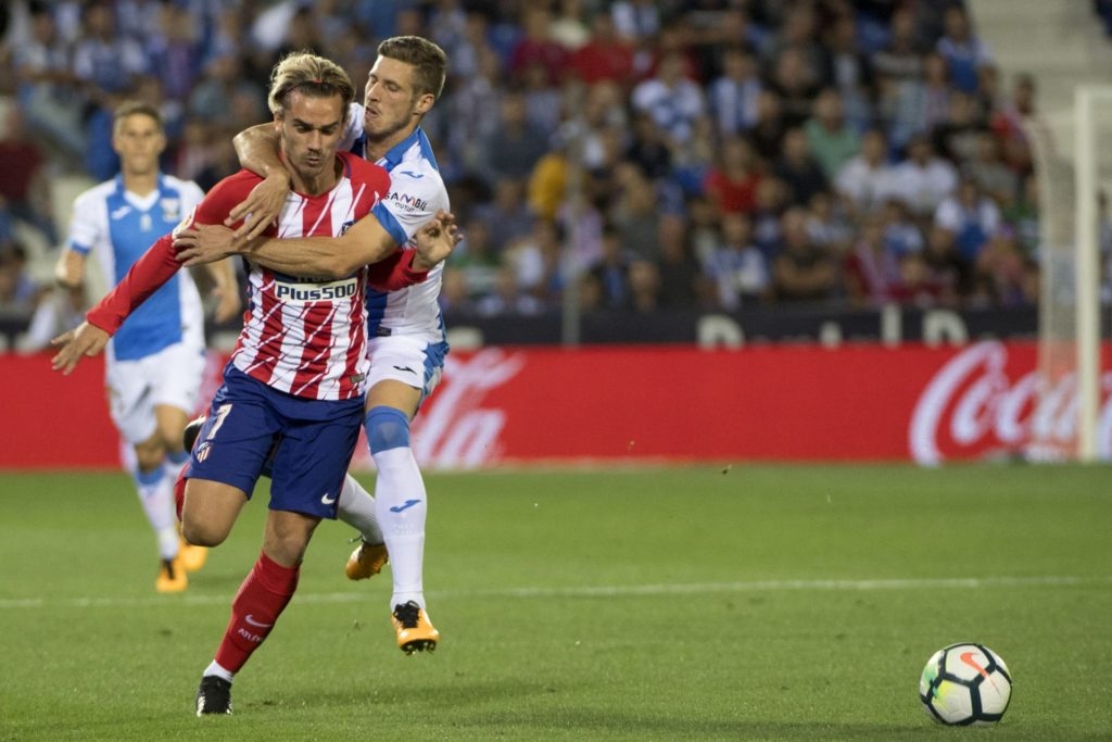 Leganes' midfielder Ruben Perez (R) commits a foul against Atletico Madrid's forward from France Antoine Griezmann during the Spanish league football match Club Deportivo Leganes SAD vs Club Atletico de Madrid at the Estadio Municipal Butarque in Madrid on September 30, 2017. / AFP PHOTO / CURTO DE LA TORRE