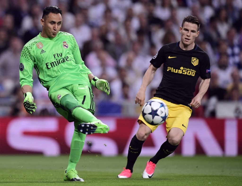 Real Madrid's Costa Rican goalkeeper Keylor Navas (L) kicks the ball beside Atletico Madrid's French forward Kevin Gameiro during the UEFA Champions League semifinal first leg football match Real Madrid CF vs Club Atletico de Madrid at the Santiago Bernabeu stadium in Madrid, on May 2, 2017. / AFP PHOTO / JAVIER SORIANO