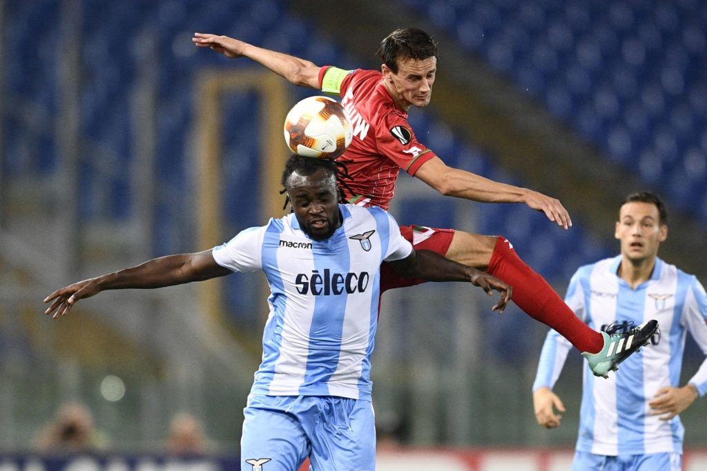 Lazio's Jordan Lukaku and Essevee's Davy De fauw fight for the ball during a soccer game between Italian club Societa Sportiva Lazio and Belgian team SV Zulte Waregem, in Roma, Italy, Thursday 28 September 2017, the second game of the group stage (Group K) of the UEFA Europa League competition. BELGA PHOTO YORICK JANSENS