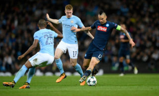 MANCHESTER, ENGLAND - OCTOBER 17:  Napoli captain Marek Hamsik (r) is challenged  by Kevin de Bruyne during the UEFA Champions League group F match between Manchester City and SSC Napoli at Etihad Stadium on October 17, 2017 in Manchester, United Kingdom.  (Photo by Stu Forster/Getty Images)