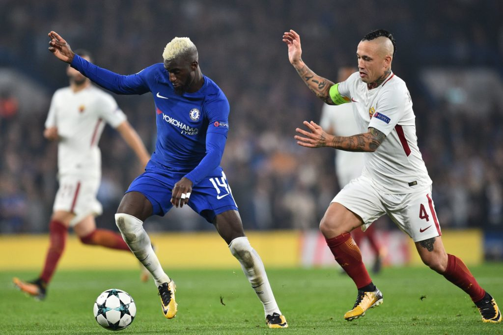 Chelsea's French midfielder Tiemoue Bakayoko (L) vies with Roma's Belgian midfielder Radja Nainggolan during a UEFA Champions league group stage football match between Chelsea and Roma at Stamford Bridge in London on October 18, 2017. / AFP PHOTO / Glyn KIRK