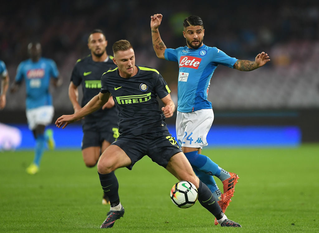 NAPLES, ITALY - OCTOBER 21: Player of SSC Napoli Lorenzo Insigne vies with FC Internazionale player Milan Skriniar during the Serie A match between SSC Napoli and FC Internazionale at Stadio San Paolo on October 21, 2017 in Naples, Italy.  (Photo by Francesco Pecoraro/Getty Images)
