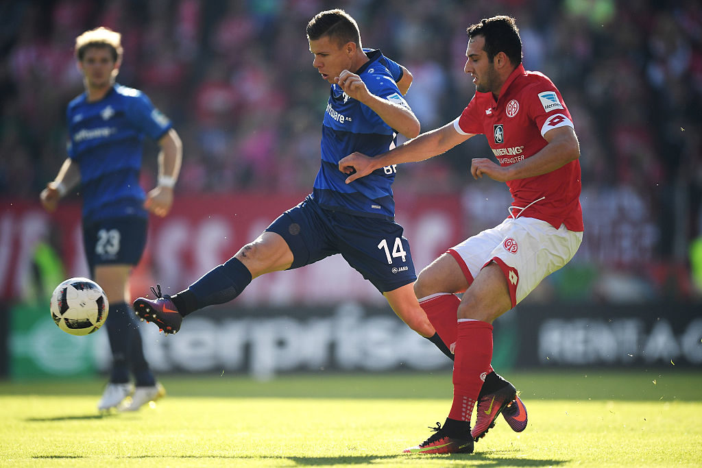 MAINZ, GERMANY - OCTOBER 16: Levin Oeztunali (R) of Mainz and Roman Bezjak (L) of Darmstadt battle for the ball during the Bundesliga match between 1. FSV Mainz 05 and SV Darmstadt 98 at Opel Arena on October 16, 2016 in Mainz, Germany.  (Photo by Matthias Hangst/Bongarts/Getty Images)