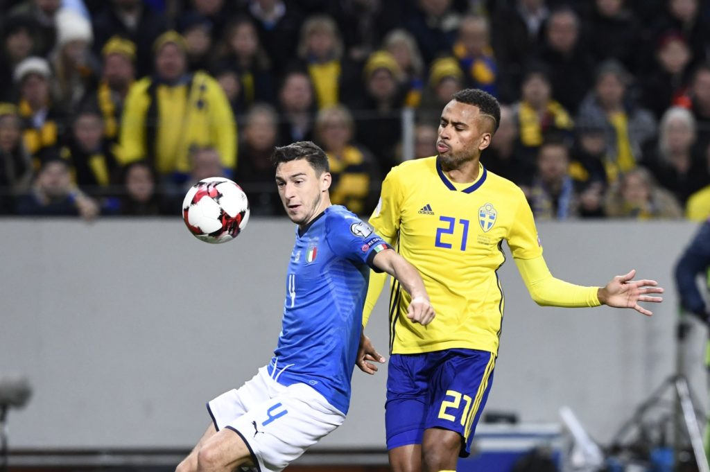 Italy's midfielder Matteo Darmian and Sweden's forward Isaac Kiese Thelin vie for the ball during the FIFA World Cup 2018 qualification football match between Sweden and Italy in Solna, on November 10, 2017. / AFP PHOTO / Jonathan NACKSTRAND