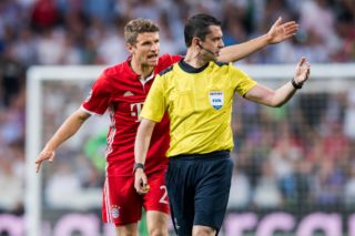 MADRID, SPAIN - APRIL 18: Thomas Muller (l) of FC Bayern Munich argues with referee Viktor Kassai during their 2016-17 UEFA Champions League Quarter-finals second leg match between Real Madrid and FC Bayern Munich at the Estadio Santiago Bernabeu on 18 April 2017 in Madrid, Spain. (Photo by Power Sport Images/Getty Images)
