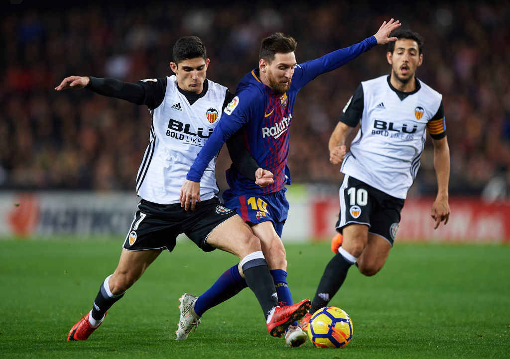 VALENCIA, SPAIN - NOVEMBER 26:  Goncalo Guedes of Valencia competes for the ball with Lionel Messi (R) of Barcelona during the La Liga match between Valencia and Barcelona at Estadio Mestalla on November 26, 2017 in Valencia, Spain.  (Photo by Fotopress/Getty Images)