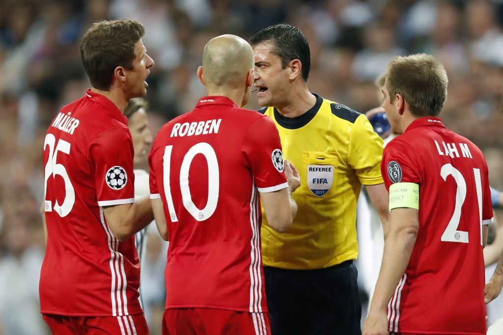 (L-R) Thomas Muller of Bayern Munich, Arjen Robben of Bayern Munich, referee Viktor Kassai, Philipp Lahm of Bayern Munichduring the UEFA Champions League quarter final match between Real Madrid and Bayern Munich on April 18, 2017 at the Santiago Bernabeu stadium in Madrid, Spain(Photo by VI Images via Getty Images)