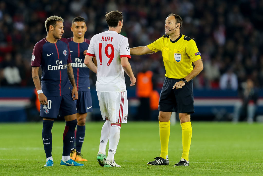 PARIS, FRANCE - SEPTEMBER 27: Referee Antonio Mateu Lahoz speak with Sebastian Rudy of Bayern Muenchen during the UEFA Champions League group B match between Paris Saint-Germain of Paris Saint-Germain and Bayern Muenchen (Bayern Munich) at Parc des Princes on September 27, 2017 in Paris, France. (Photo by TF-Images/TF-Images via Getty Images)