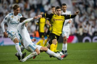 Madrid's Theo Hernández and Dortmund's Christian Pulisic (R) vie for the ball during the Champions League soccer match between Real Madrid and Borussia Dortmund in the Estadio Santiago Bernabéu in Madrid, Spain, 06 December 2017. Photo: Bernd Thissen/dpa