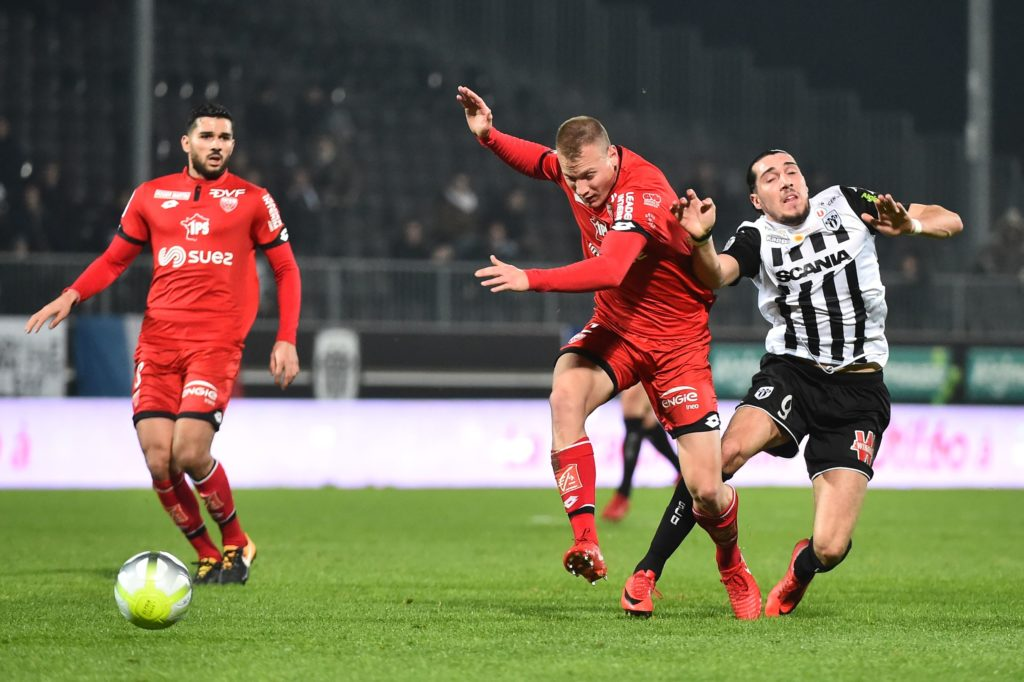 Dijon's Hungarian defender Adam Lang (CM) vies with Angers' French forward Enzo Crivelli (R) during the French L1 Football match between Angers (SCO) and Dijon (DFCO), on December 20, 2017, in Raymond-Kopa Stadium, in Angers, northwestern France. / AFP PHOTO / JEAN-FRANCOIS MONIER