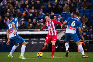 BARCELONA, SPAIN - DECEMBER 22:  Kevin Gameiro of Atletico de Madrid plays the ball between Javi Lopez (L) and Oscar Duarte (R) of RCD Espanyol during the La Liga match between Espanyol and Atletico Madrid at RCDE Stadium on December 22, 2017 in Barcelona, Spain.  (Photo by Alex Caparros/Getty Images)