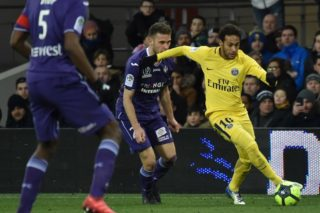 Paris Saint-Germain's Brazilian forward Neymar Jr (R) vies with Toulouse's French  midfielder Alexis Blin during the French L1 football match Toulouse versus Paris on February 10, 2018 at the Municipal Stadium in Toulouse, southern France. / AFP PHOTO / PASCAL PAVANI