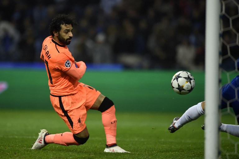 Liverpool's Egyptian midfielder Mohamed Salah shoots past Porto's Portuguese goalkeeper Jose Sa to score their second goal during the UEFA Champions League round of sixteen first leg football match between FC Porto and Liverpool at the Dragao stadium in Porto, Portugal on February 14, 2018. / AFP PHOTO / MIGUEL RIOPA