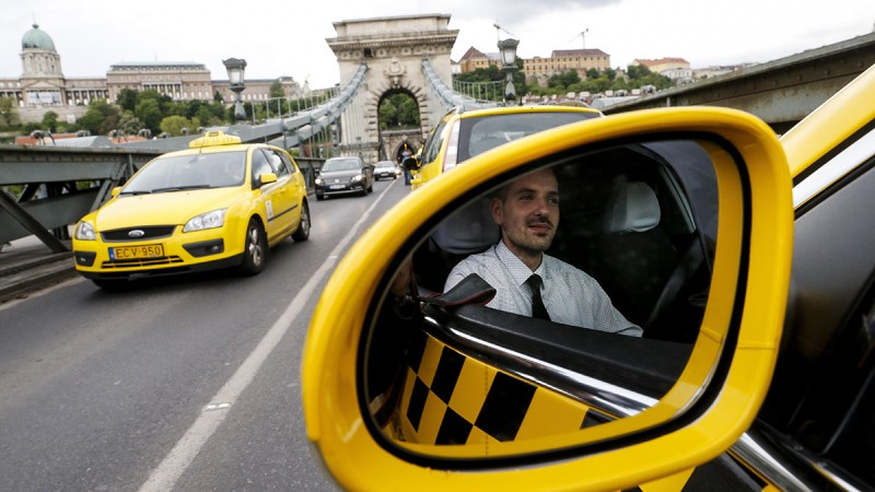 """BUDAPEST, HUNGARY - MAY 3: Hundreds of taxi drivers drive through the Elisabeth Bridge as they protest against the """"Uber"""" application, in Budapest capital city of Hungary on May 3, 2016. Arpad Kurucz / Anadolu Agency"""